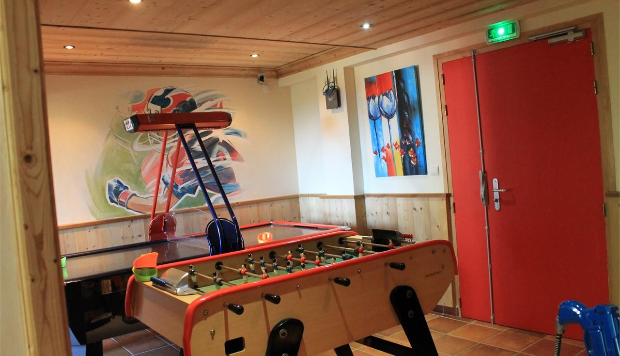hotel alpina salle de jeu. Black Bedroom Furniture Sets. Home Design Ideas